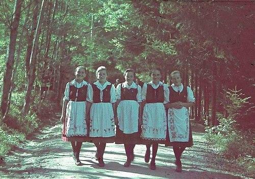 Székely lányok a Medve-tó mellett
