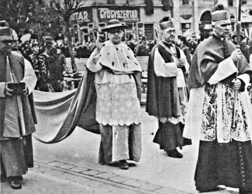 Serédi Jusztinián hercegprímás a körmenetben