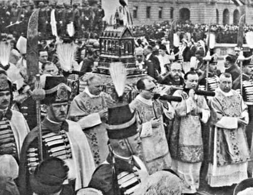 A Szent Jobbot ünnepélyes körmenetben viszik a székesegyházba