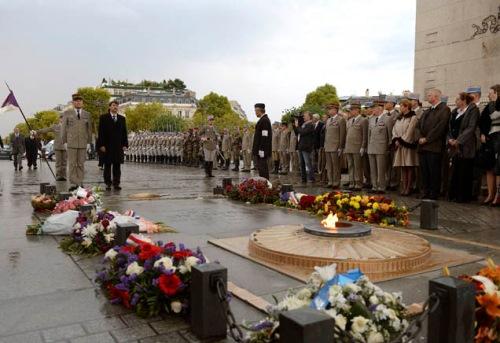 Az 1956-os Magyar Forradalom Francia–Magyar Emlékbizottsága idei megemlékezése a párizsi Diadalívnél Áder János államfő részvételével (fotó: MTI)