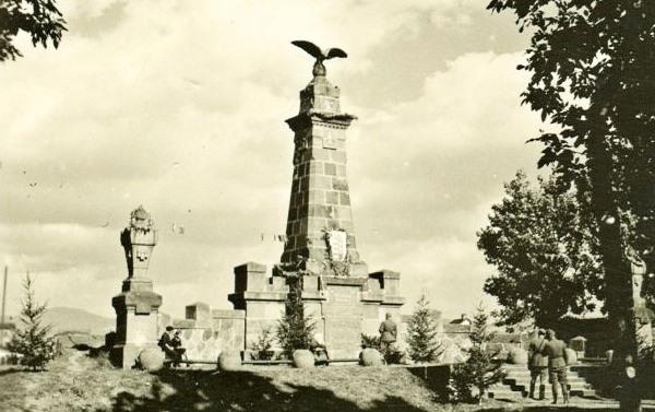 A siculicidium emlékművét, Köllő Miklós alkotását 1905-ben avatták fel Madéfalva központjában (Fotó: Wikipédia)