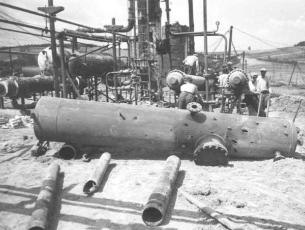 Romeltakarítás Bázakerettyén a bombázás után (fotó:  Magyar Olaj- és Gázipari Múzeum)