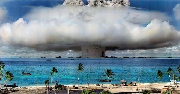 a Crossroads Baker kísérleti robbantás a Bikini atollnál 1946. július 25-én (színezett fotó)