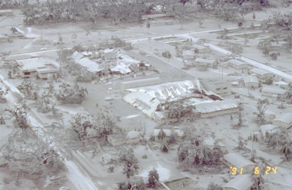 Ugyanez a légi támaszpont hószerű hamuval befedve (fotó: livescience.com)