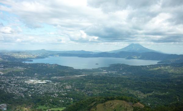Az Ilopango-tó a kitörés helyén, mellette terül el San Salvador, El Salvador fővárosa, a kép hátterében a San Salvador vulkán (fotó: Carlos Peña, flickr.com)