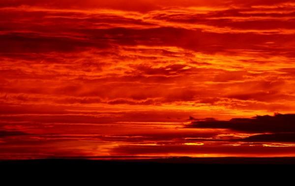 A nagyobb koncentrációjú légköri aeroszolok (vihar, légszennyezés, vulkánkitörés miatt) fényszórása miatt figyelhetők idézi elő a vérvörös napnyugtákat