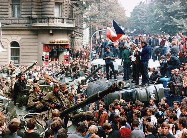 prágai fiatalok állnak egy szovjet katonai jármű tetején (1968. augusztus 21., fotó: Libor Hajsky)