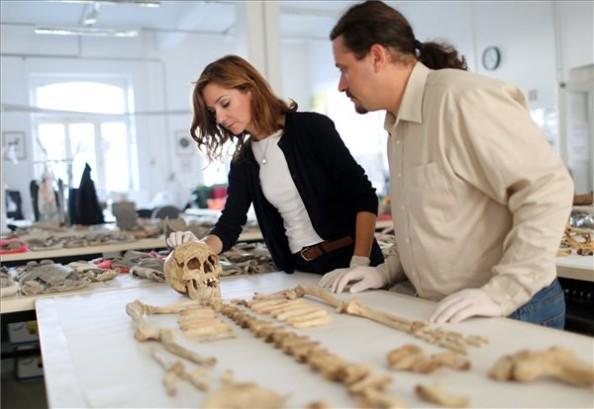 Fábián Szilvia régész, főosztályvezető és Hajdu Tamás antropológus vizsgálja a maradványokat